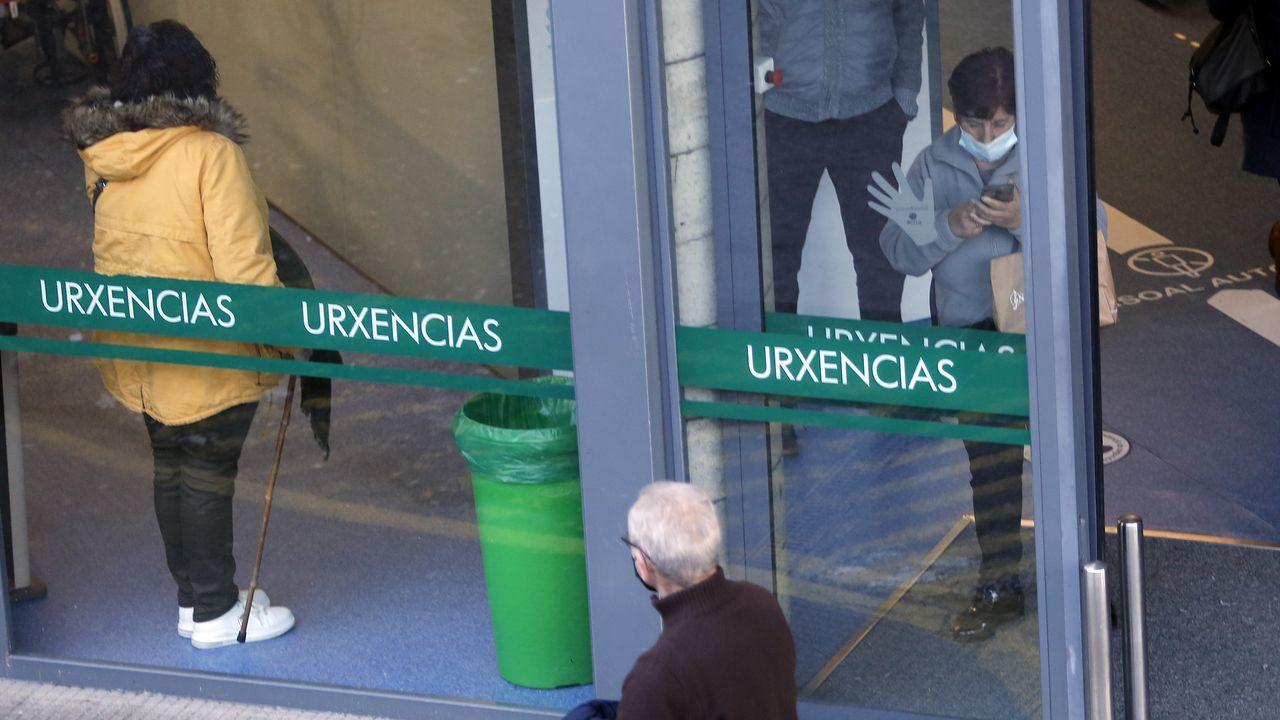 Así se está desarrollando el cribado de O Vao.Entrada al servicio de urgencias del hospital Montecelo, en Pontevedra. Este lunes hay 52 pacientes covid en planta y 13 críticos en uci