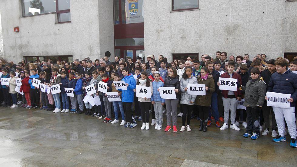 violenciamachista.Minuto de silencio en Boqueixón con los padres de Ana María Enjamio, la chica asesinada en Vigo el pasado viernes