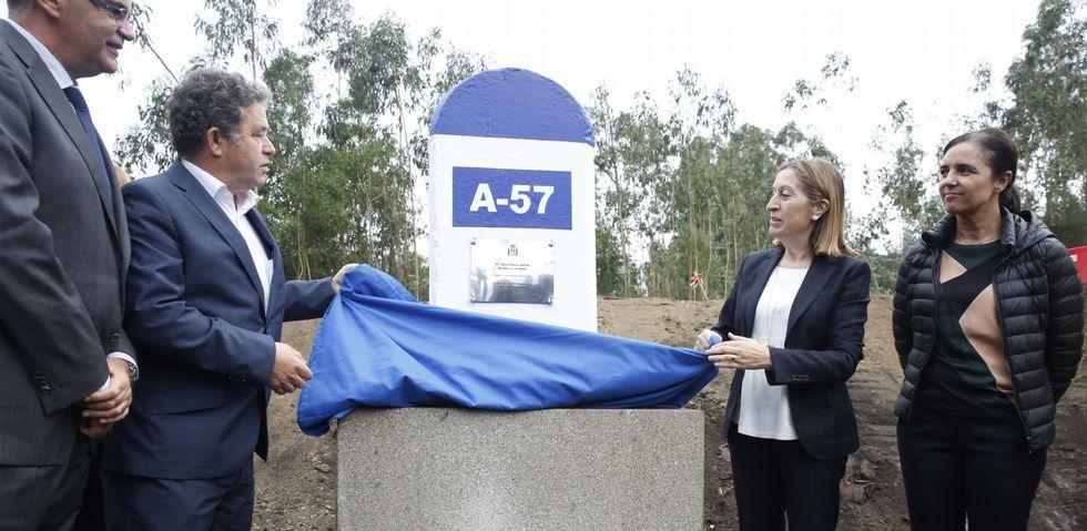 El alcalde Fernández Lores y la ministra Ana Pastor se encargaron de descubrir el primer mojón de la circunvalación de Pontevedra.