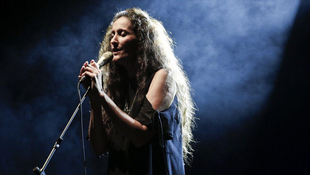 Sabela canta «Negro caravel».PROGRAMA A RADIO CONTA DESDE EL TEATRO ROSALIA DE CASTRO