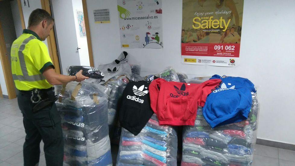 La fiebre del black friday inunda los establecimientos con descuentos.Aficionados hacen cola en la Tienda Oficial del Real Oviedo