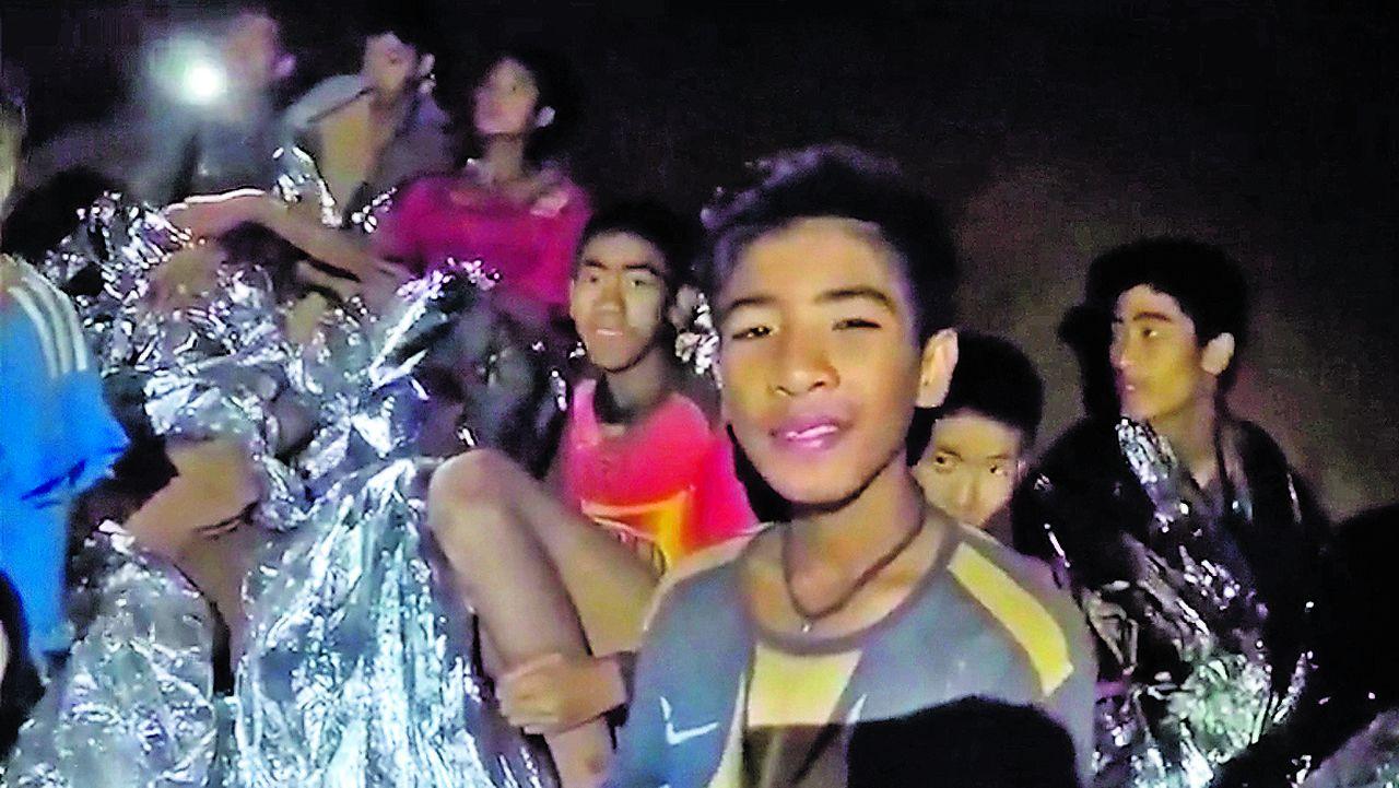 Angustia en Tailandia por cómo sacar de la cueva inundada a los doce niños y su entrenador.Las autoridades le rinden un homenaje a Saman Kunan, de 38 años, quien murió al intentar rescatar a los niños y a su entrenador.
