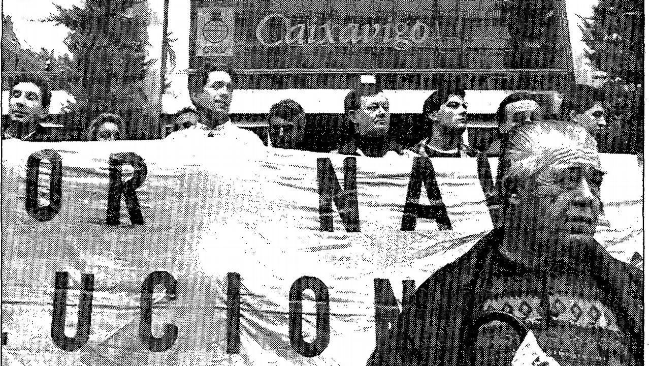 La borrasca «Ana» deja granizo a su paso por Cudillero.Olas en la playa de San Lorenzo de Gijón