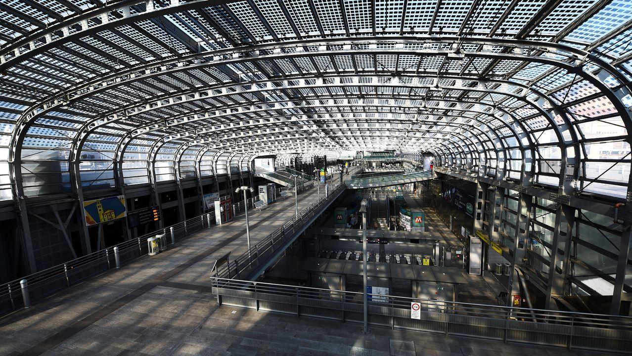 La estación de ferrocarril de Turín, vacía tras el aislamiento por coronavirus.