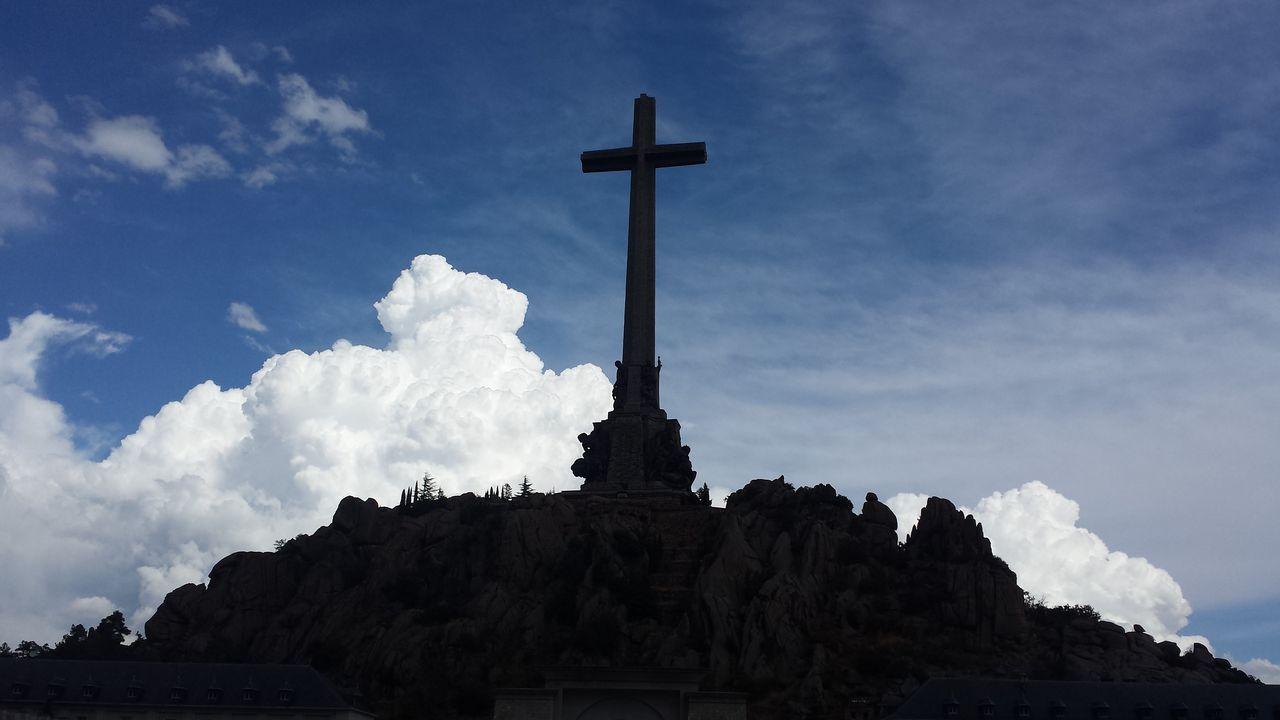 La exhumación tuvo momentos de tensión entre el Gobierno y los familiares del dictador.Cruz del Valle de los Caidos, en la sierra de Guadarrama de Madrid