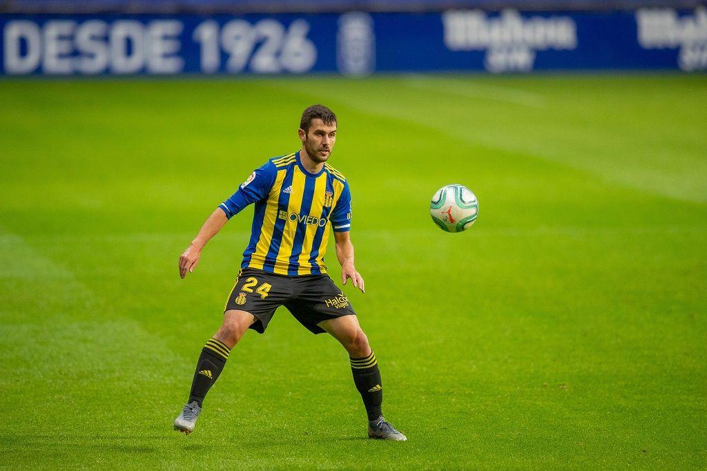 Lucas Ahijado Real Oviedo Ponferradina Carlos Tartiere.Lucas trata de controlar un balón ante la Deportiva Ponferradina