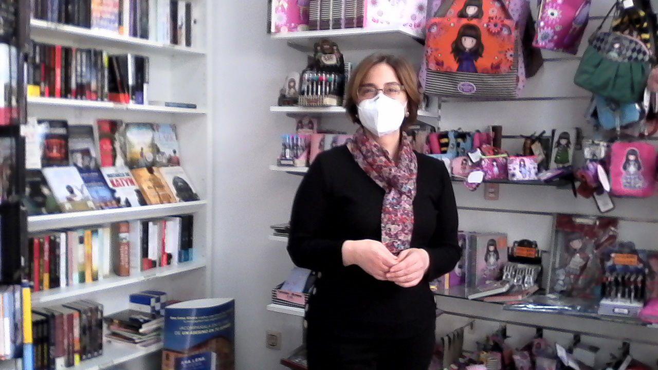 Olga Cuervo, en la librería-papelería Aldaba, en Oviedo.