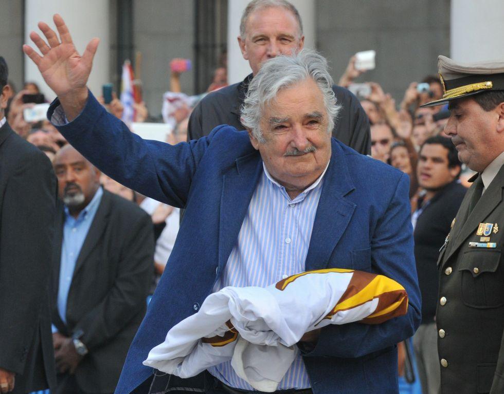 Mujica recogió el viernes la bandera en su último acto oficial.