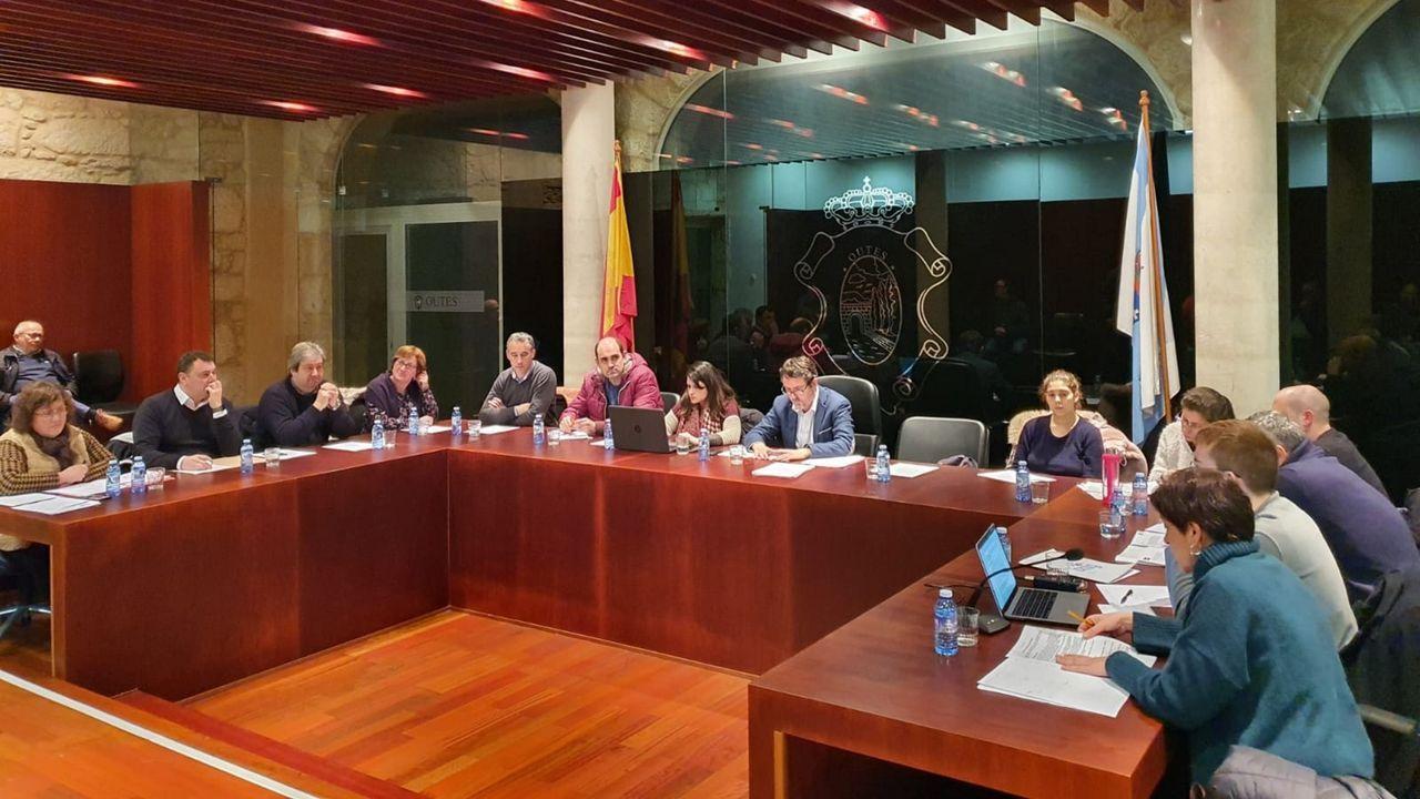 Momento en el Telmo Ucha escenifica un corte de mangas para asegurar que no lo hizo unos momentos antes dirigiéndose al portavoz del PSOE