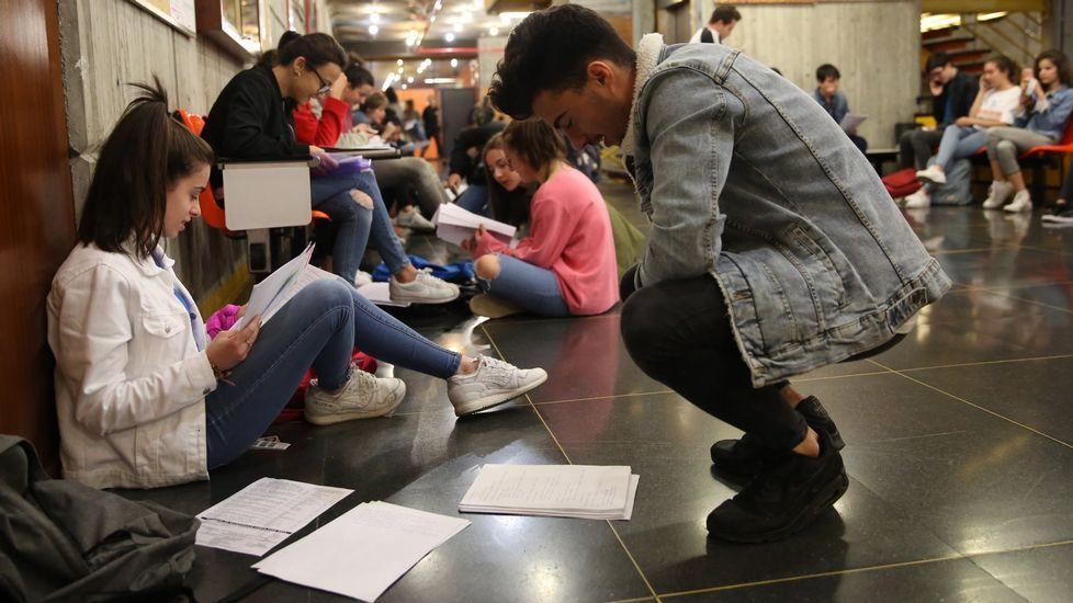 Todas las imágenes de la selectividad en Galicia.Un alumno estudiando el examen de selectividad hasta el último minuto, en el campus de Ourense