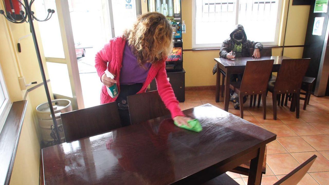 Un bar de Neda, esta mañana tras la reapertura