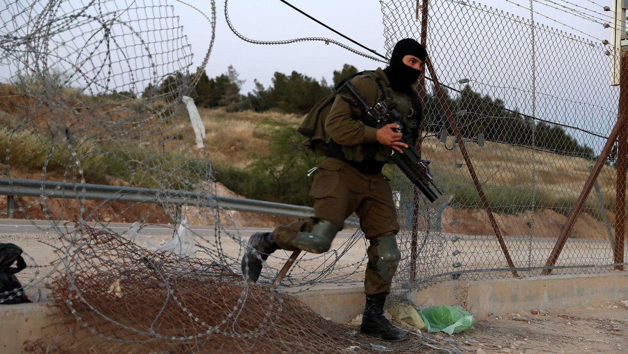 Un militar israelí impide que un palestino cruce en Hebrón