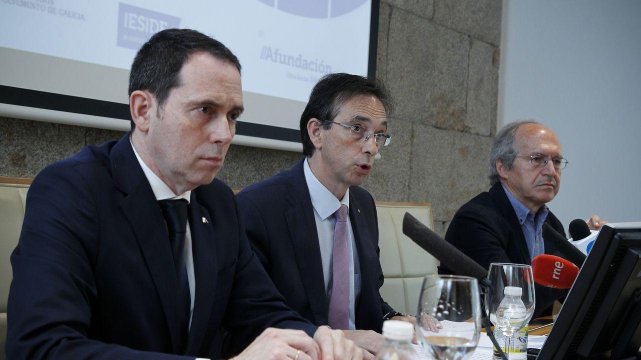Ferro, de Abanca; Otero, de Afundación; y el coordinador del informe, Alberto Meixide
