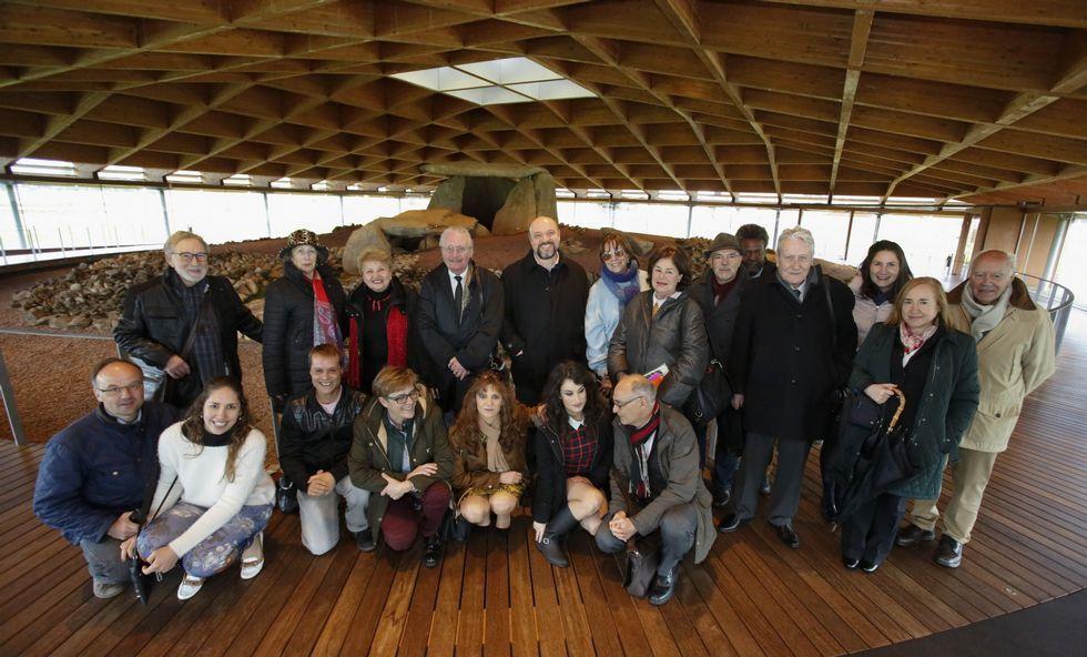 Parte del grupo de creadores literarios presentes en la primera sesión del congreso, ante el dolmen.