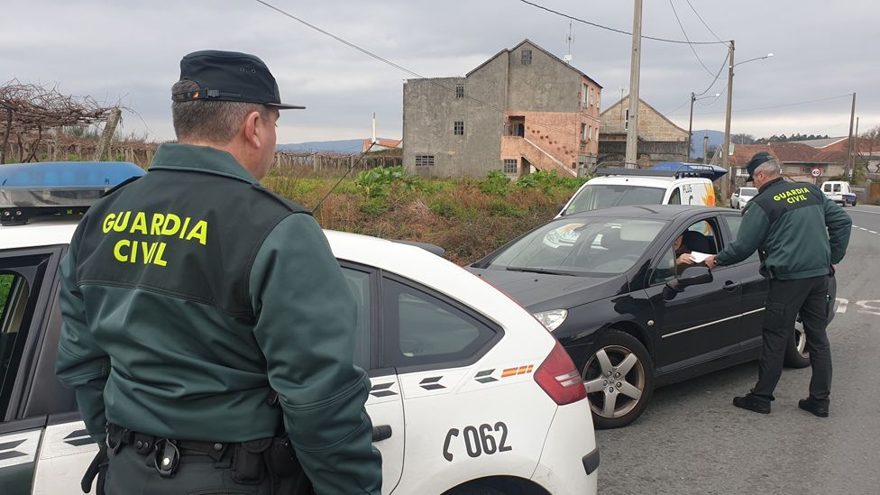 Traslado de una paciente en el área de urgencias del hospital  Montcelo, en Pontevedra