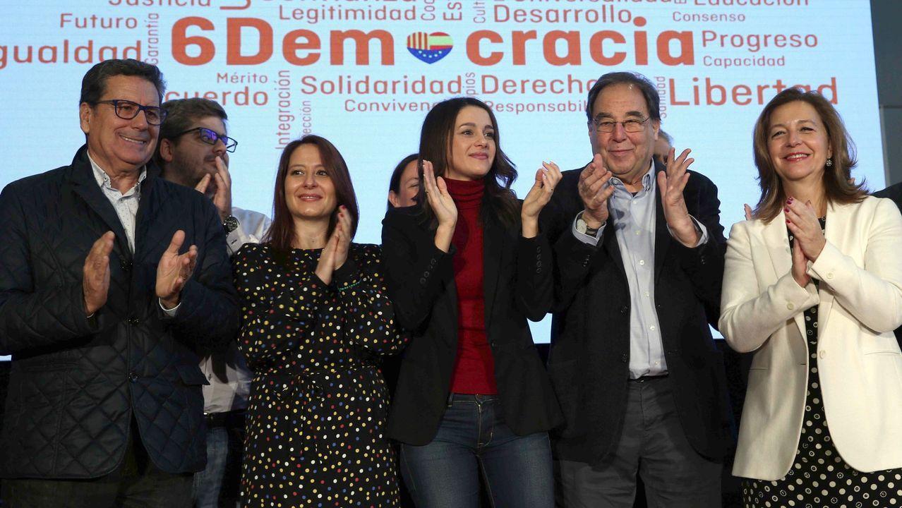 Otros tiempos: Inés Arrimadas (centro) y el catedrático Francesc de Carreras (segundo por la derecha), en un mitin de Ciudadanos en L'Hospitalet en el 2016