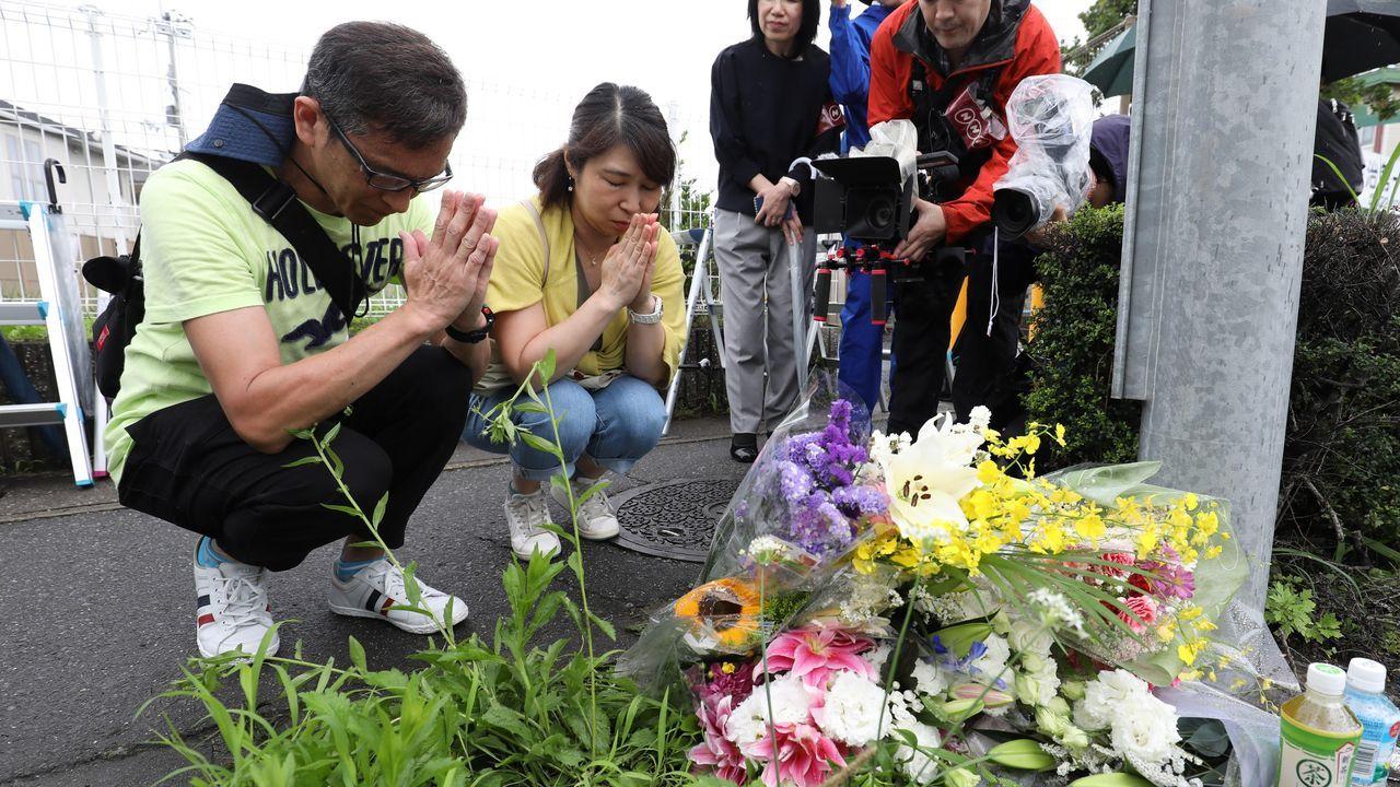 Mago Xulio Merino.Vecinos de la localidad japonesa se aproximan a los estudios de animación para dejar flores y rezar por las víctimas
