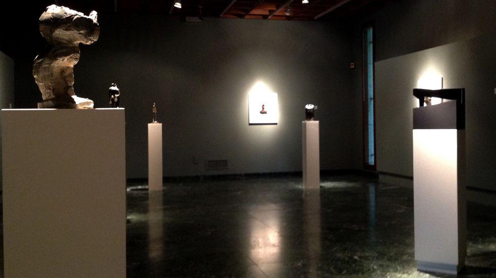 Una perspectiva de la exposición, con el «Arrijasotzaile con la piedra cilíndrica» a la izquierda y la «Caja vacía» a la derecha