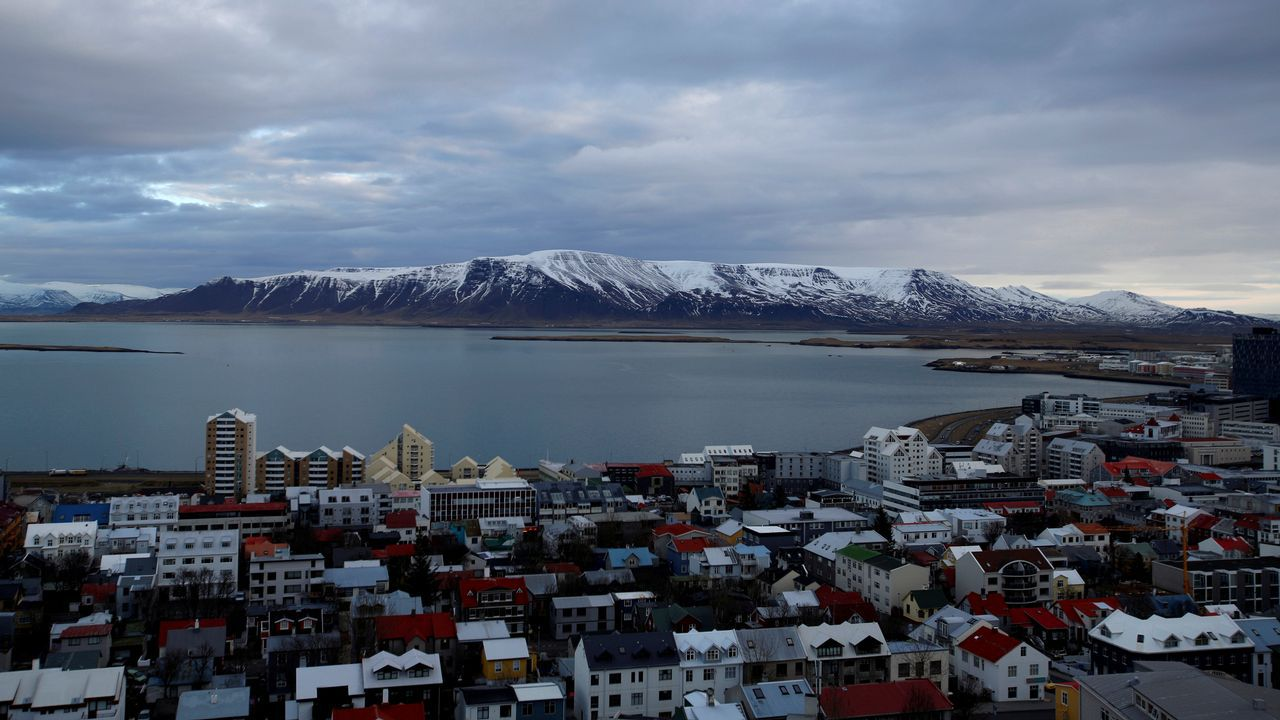 Ensayando la conquista de la Antártida en O Grove.Vista general mostrando la ciudad de Reykjavik, Islandia