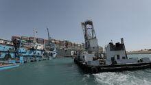 Nueve remolcadores intentan mover al gigante Ever Given