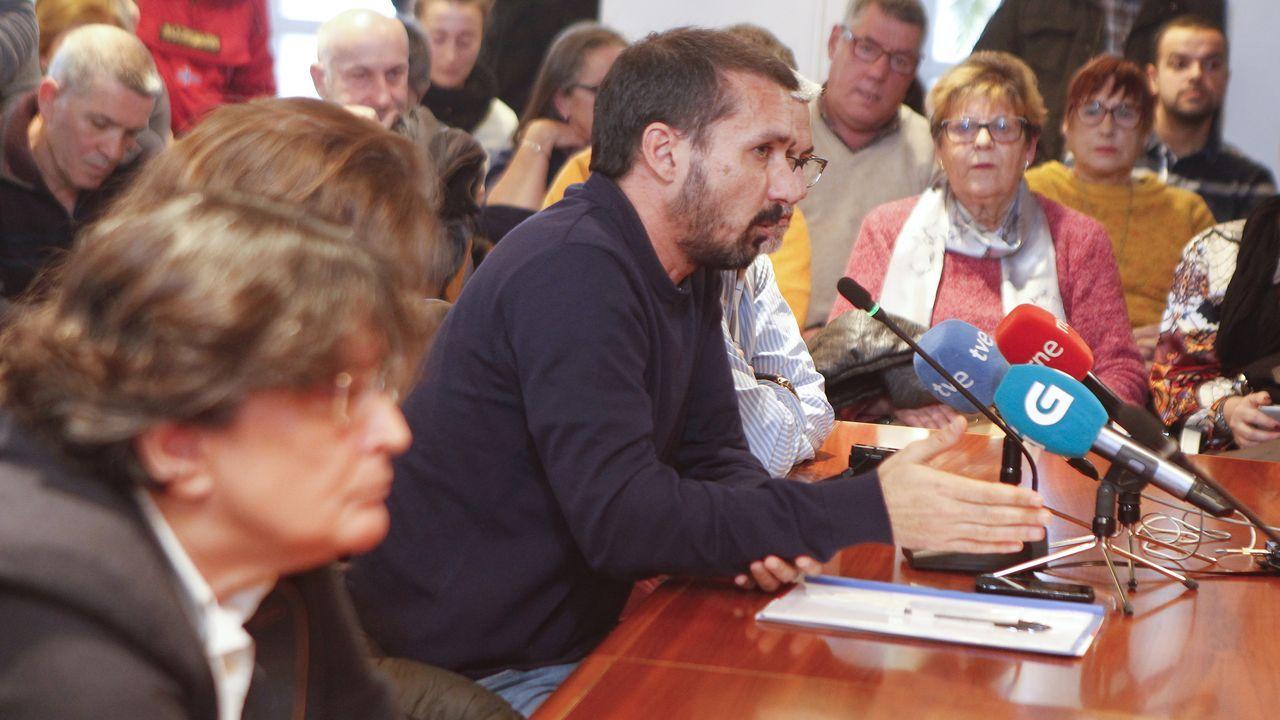 De Deus (PP), en primer término, nuevo alcalde, y Pilar Díaz (EU), al fondo, en el pleno extraordinario