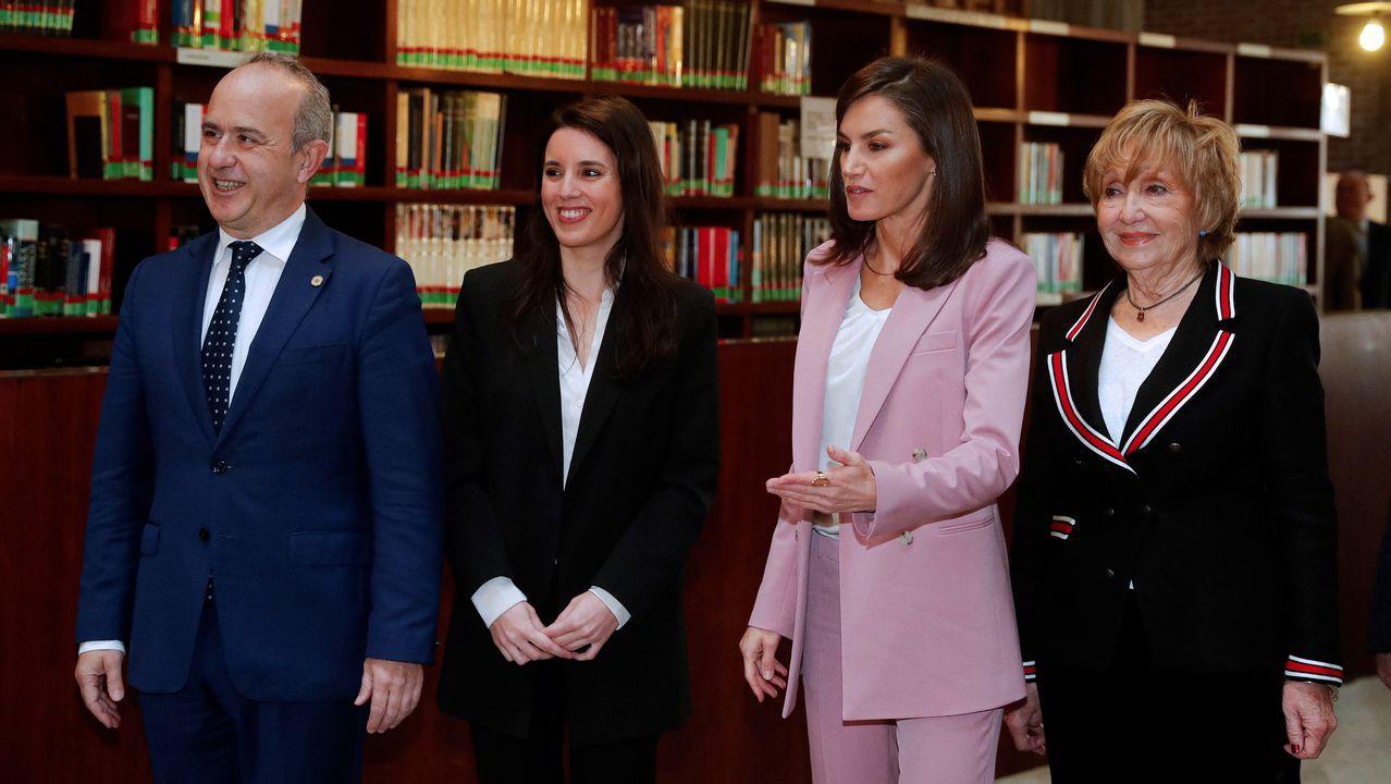 La reina Letizia, junto a la ministra de Igualdad, Irene Montero; el rector de la UNED, Ricardo Mairal y la presidenta de la Asociación para la Prevención y Atención de la Mujer Prostituida, Rocío Nieto