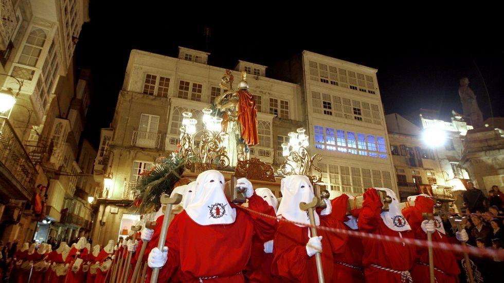Tradición y leyenda se dieron cita de nuevo ayer con el paso de La Cena en su anual desfile por las calles del casco de Viveiro.
