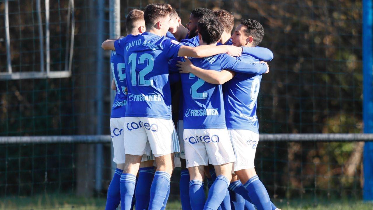 Los futbolistas del Vetusta celebran un gol