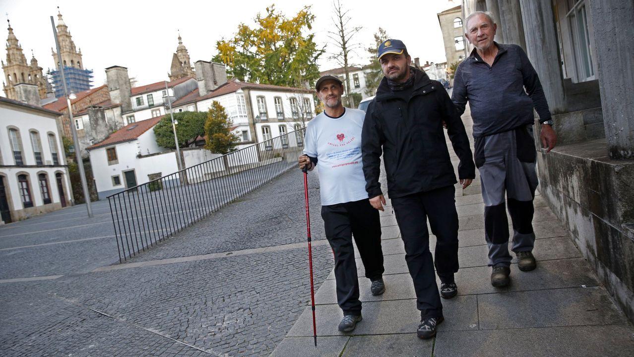 Un peregrino ciego llegando a Compostela tras hacer el Camino inglés