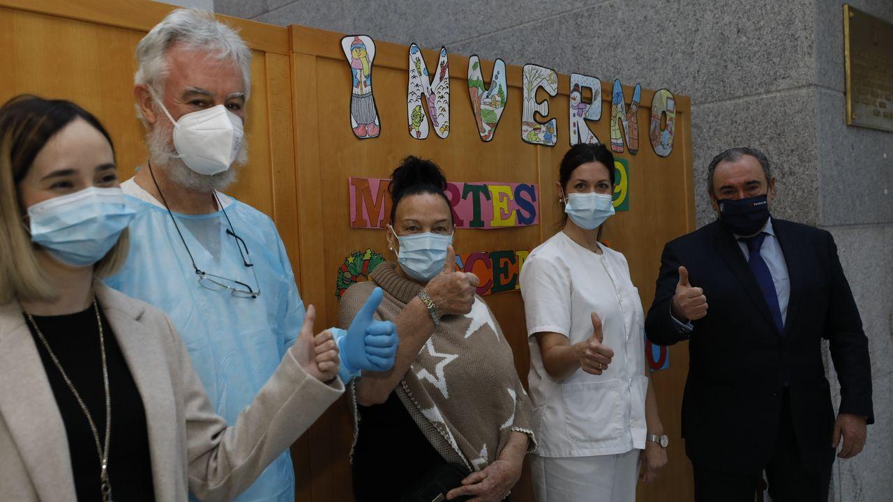 Carmen Fernández, en el centro, y a su derecha María Sánchez, la enfermera, al lado de Ramón Ares. A la izquierda, Patricia García, directora del geriátrico de Burela