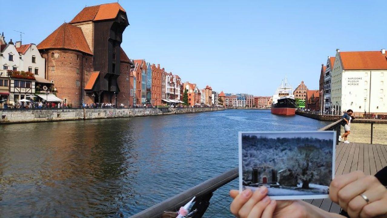 Unha postal coa imaxe da igrexa de San Pedro Fiz de Hospital nunha fotografía tomada na cidade polaca de Gdansk