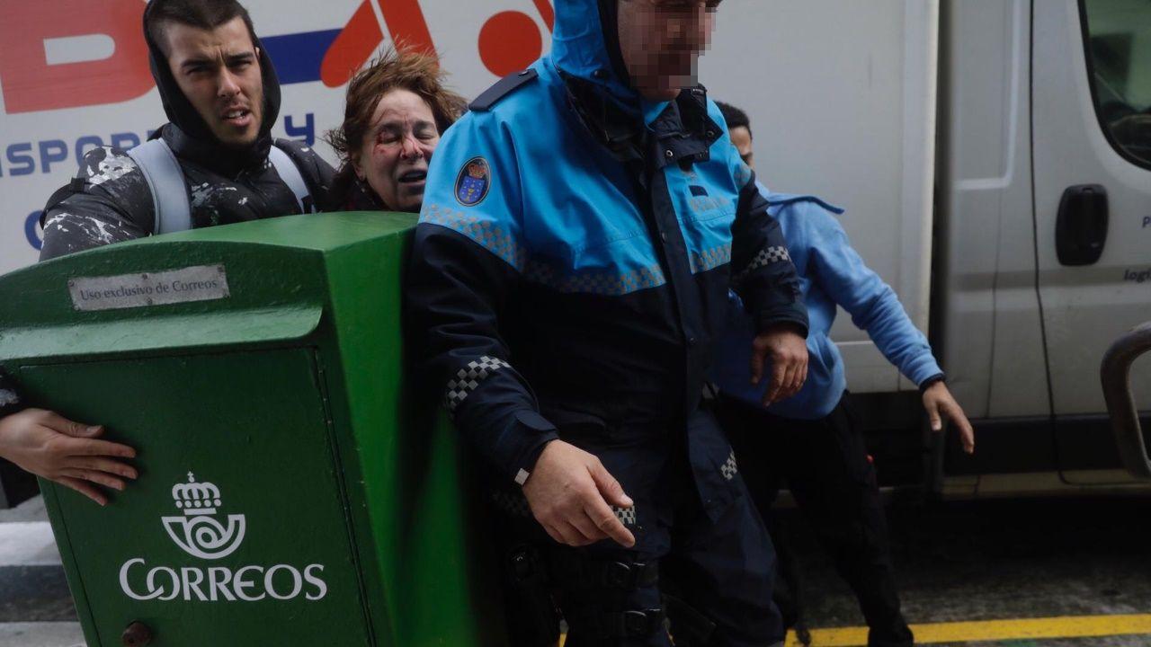 La borrasca llega a A Coruña.Santiago Abascal saluda a los asistentes al mitin de Vox celebrado en Vigo durante la campaña electoral del 10N