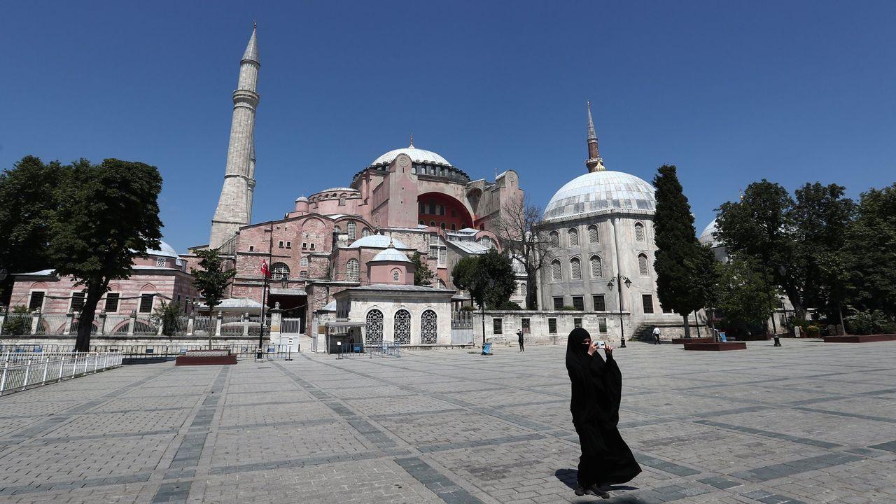 Una mujer vestida con hiyab toma fotografías frente al Museo de Santa Sofía de Estambul