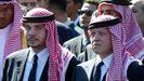 El ex príncipe heredero de Jordania Hamzah bin Al Hussein (izquierda) con su hermano, el rey Abullah de Jordania