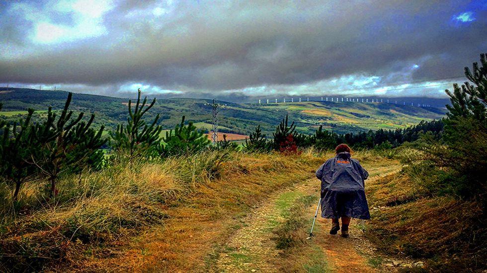 Una peregrina camina por el Campo da Matanza.