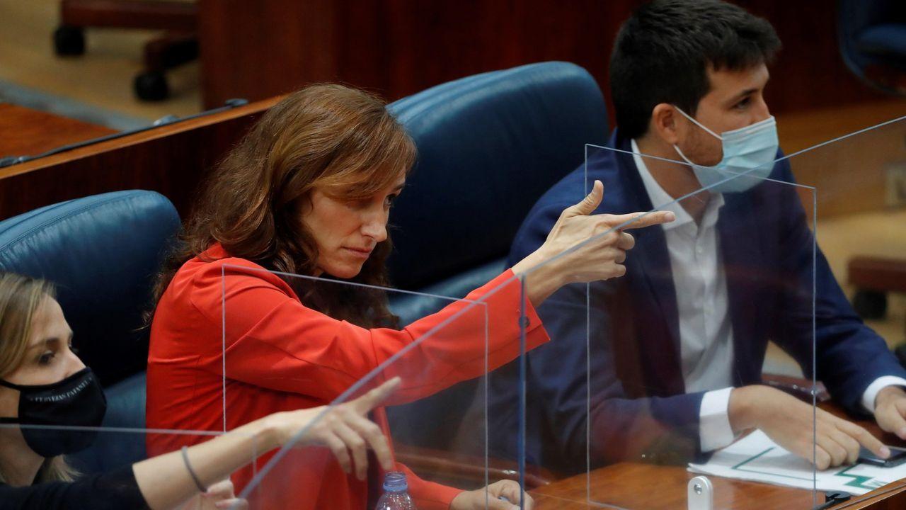 Mónica García, de Mas Madrid, realizando el gesto que ha abierto la polémica