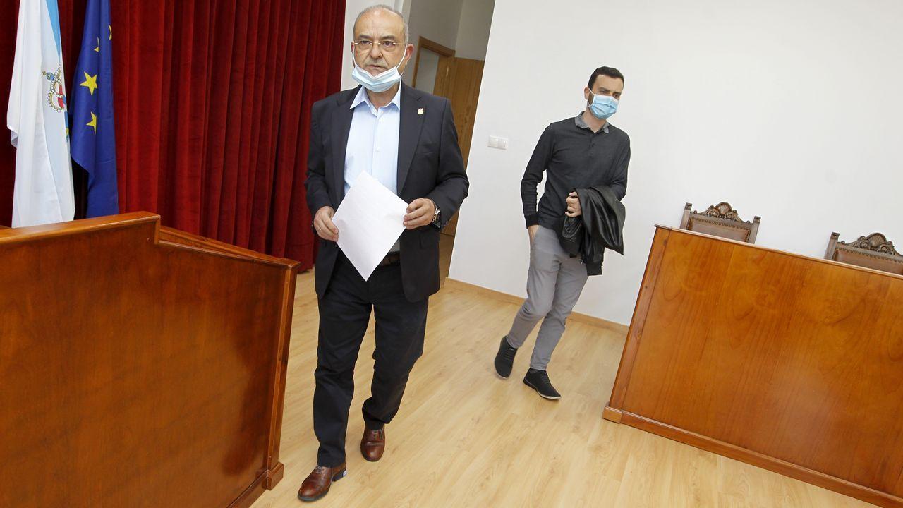 El socialista Alberto García, a la derecha, recuperó el día 9 la alcaldía de Catoira, que había perdido tras las elecciones