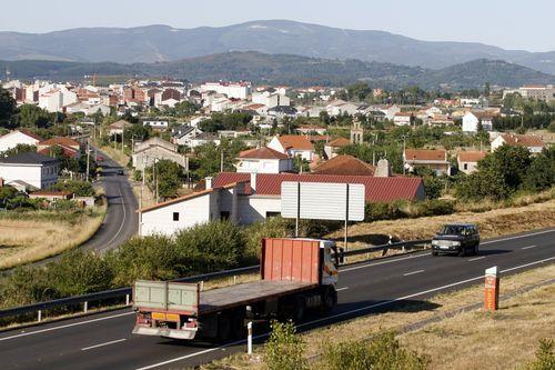 deso.Vista de Monforte desde la N-120 con la parroquia de Piñeira en primer plano