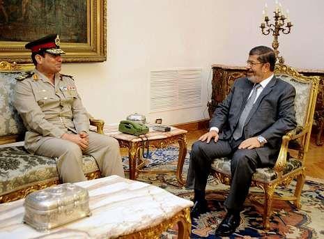El presidente egipcio, con el recién nombrado ministro de Defensa, Abdel Fatah al Sisi.