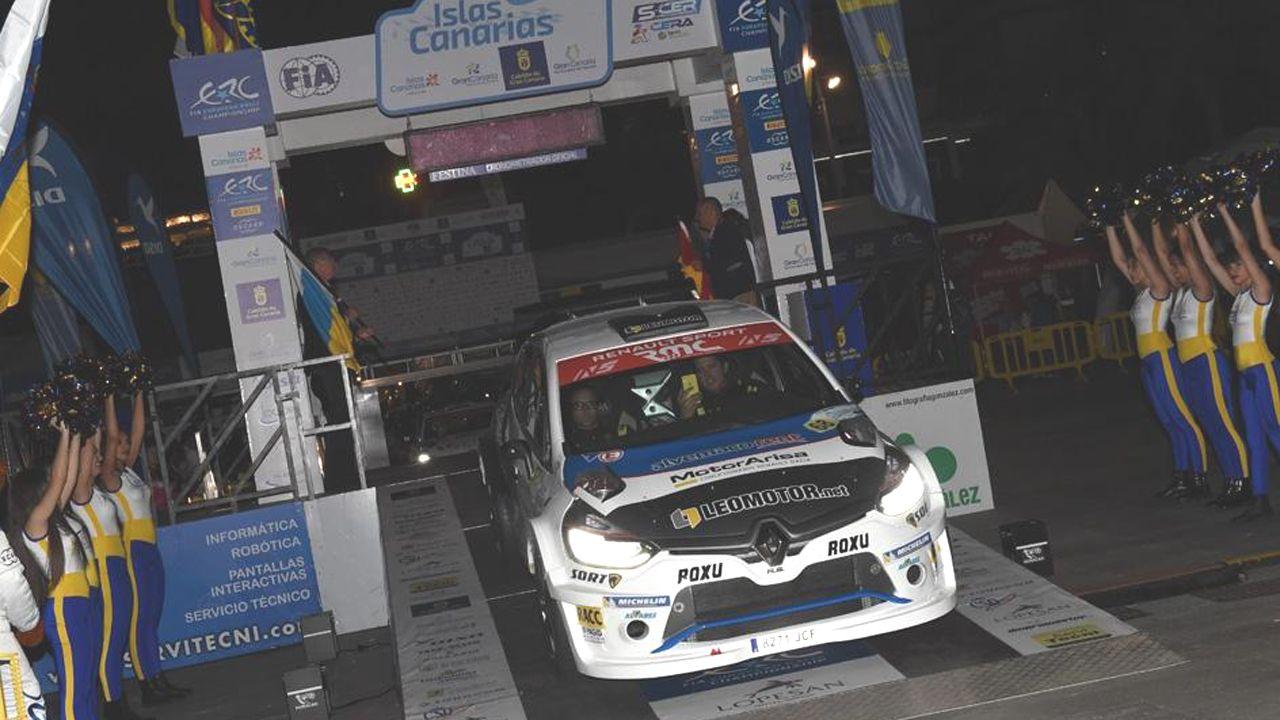 Fran Cima con su Renault Clio al inicio del Rallye insular