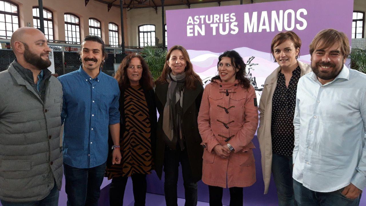 Lorena Gil y Daniel Ripa, acompañados de miembros de las candidaturas de Podemos Asturies, en la fiesta con la que iniciaron la campaña electoral, en Villaviciosa