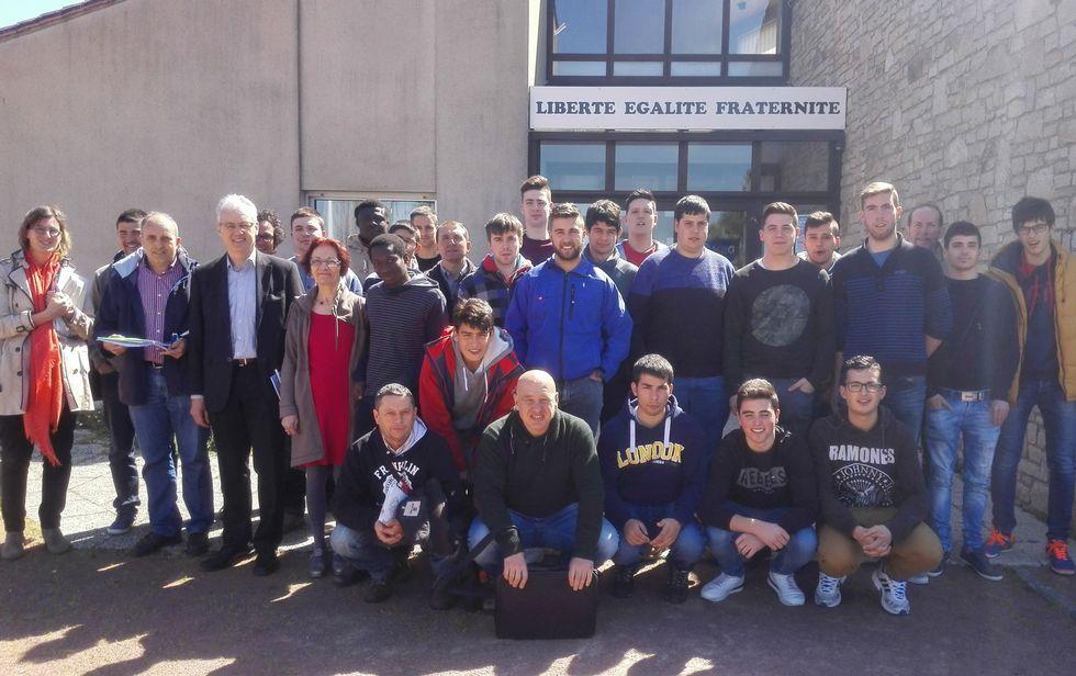 El grupo de Fonteboa, delante del Ayuntamiento de Cugand, donde fueron recibidos por el alcalde, Joël Caillaud.