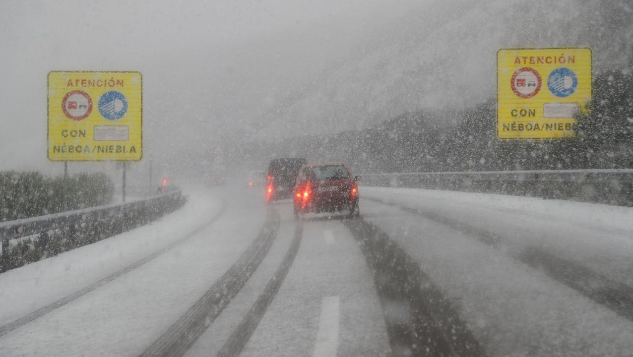 La nieve cubre el acceso al puerto San Isidro desde Asturias