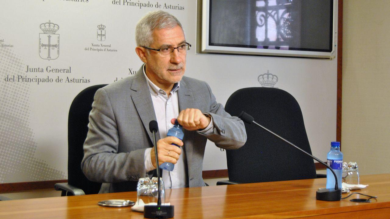 Concentración en Riosa para condenar las amenazas a los concejales de IU.Gaspar Llamazares