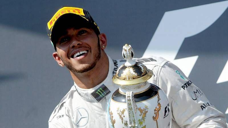 El Gran Premio de Monza, en imágenes.En la imagen, el jefe de Mercedes sostiene el trofeo que logró su equipo en Hungría.
