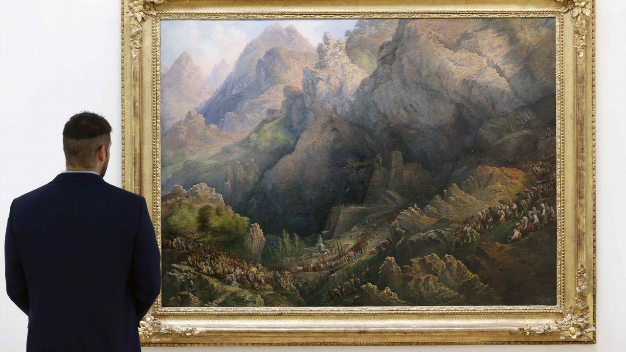 El cuadro  Procesión de Covadonga , pintado por Genaro Pérez Villaamil en 1851, se puede visitar en el Museo de Bellas Artes de Asturias hasta el próximo mes de marzo, tras ser cedido por Patrimonio Nacional en el marco del programa  La obra invitada  y coincidiendo con el triple aniversario de Covadonga que se celebra este año, el centenario de la coronación de la Virgen, la creación del Parque Nacional de la Montaña de Covadonga, y con los trece siglos de la batalla de Covadonga