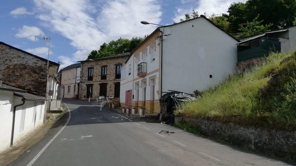 Daños en una vivienda de A Pobra, en una calle en la que se vio afectado el tendido