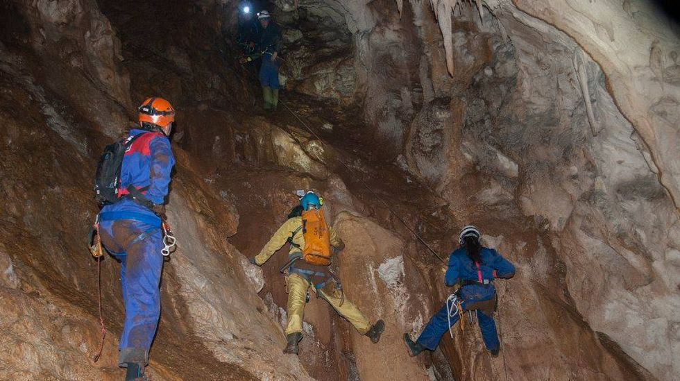 En algunas partes de la gruta es preciso realizar operaciones de descenso y escalada