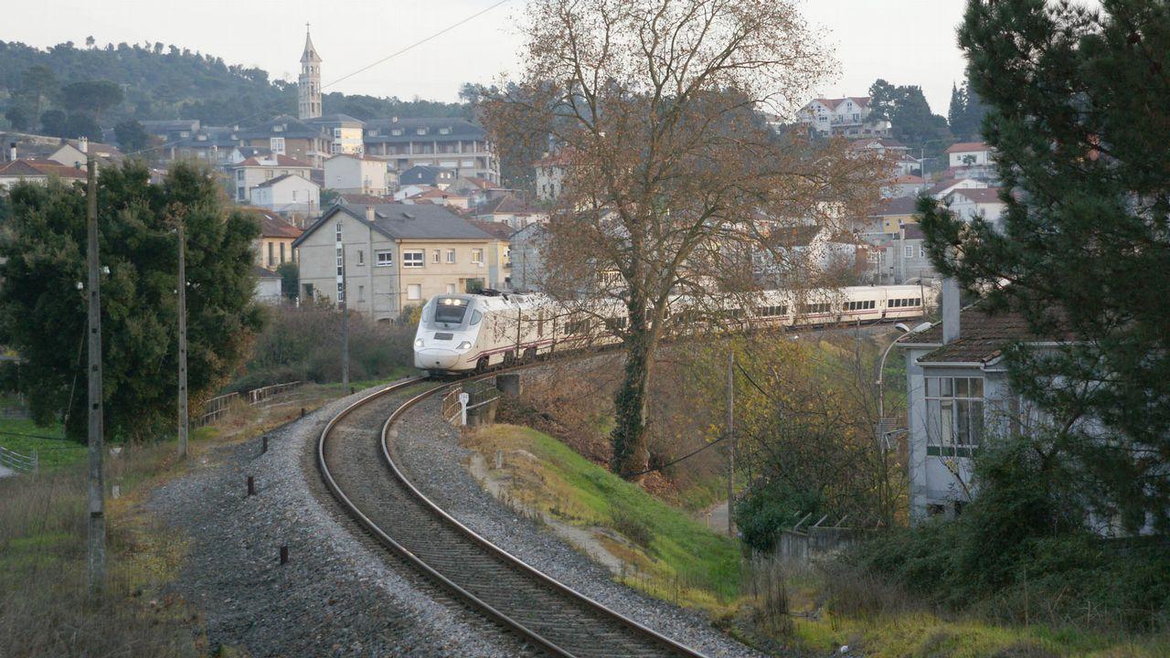 Hitos kilométricos en Galicia.Un tren circulando por el trazado ferroviario urbano en Ourense, que deberá cortarse para adaptarlo a la alta velocidad