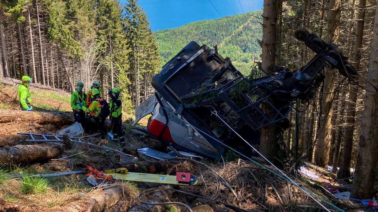 Trágico accidente de un teleférico en el norte de Italia.Miembros del equipo investigador recogen datos en las colmenas, protegidas con arpas eléctricas